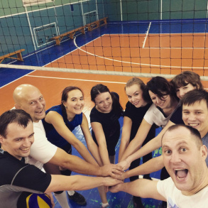 Командные виды спорта сближают) Вместе мы не только работаем, но и отдыхаем. Наша команда по волейболу.
